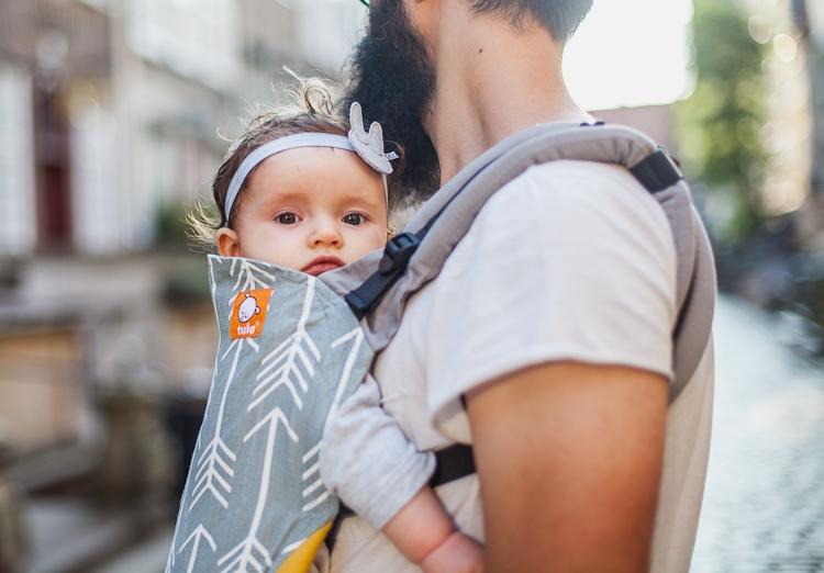 tata z córką w nosidełku tula