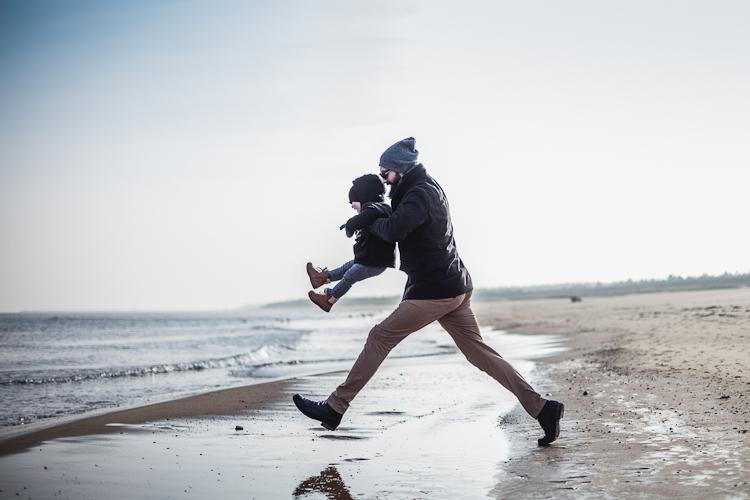 z dzieckiem na plaży w zimie