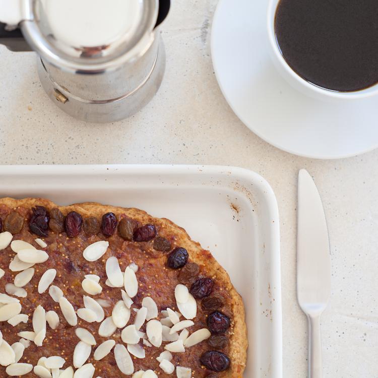 minimalistyczne zestawienie kawy i ciasta