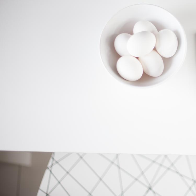 biale jajka w jasnej misce