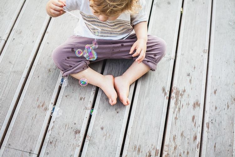 dziecko robi bańki mydlane w parku