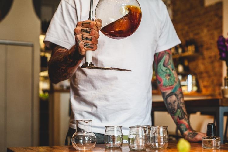 barista przygotowuje kawę w syfonie