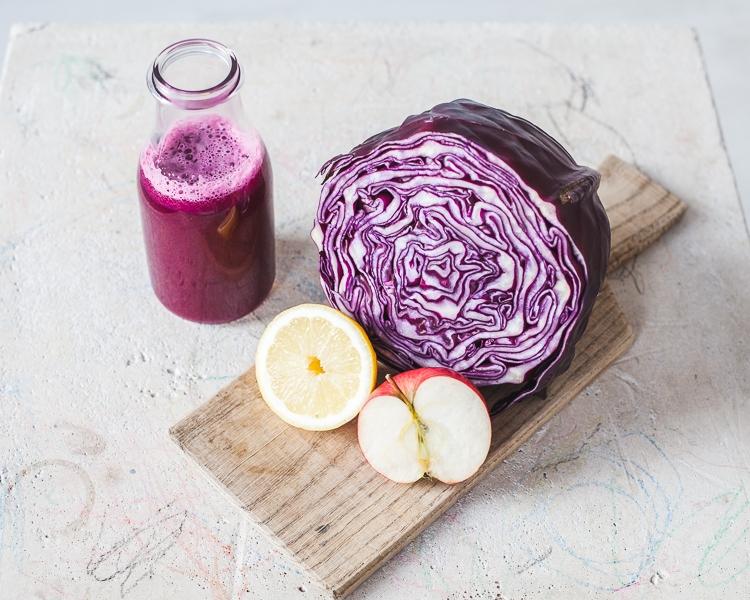 składniki potrzebne do zrobienia soku z czerwonej kapusty