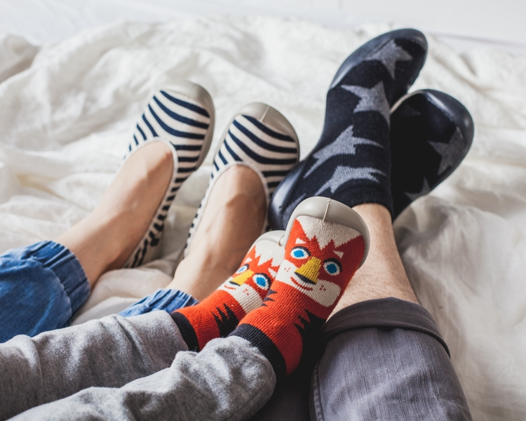 nogi rodziny w kolorowych kapciach collegien