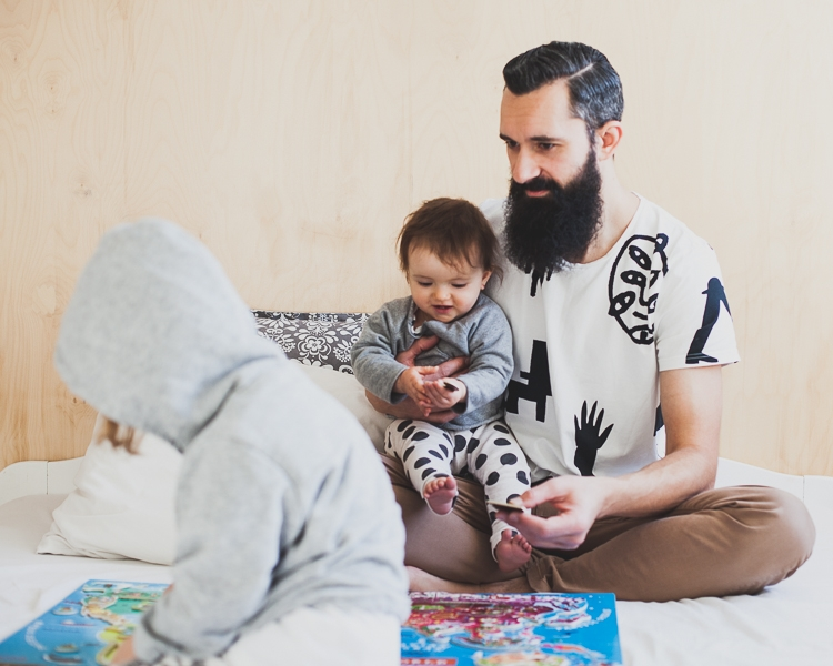 rodzina bawi się układając magnetyczne puzzle mapa świata janod