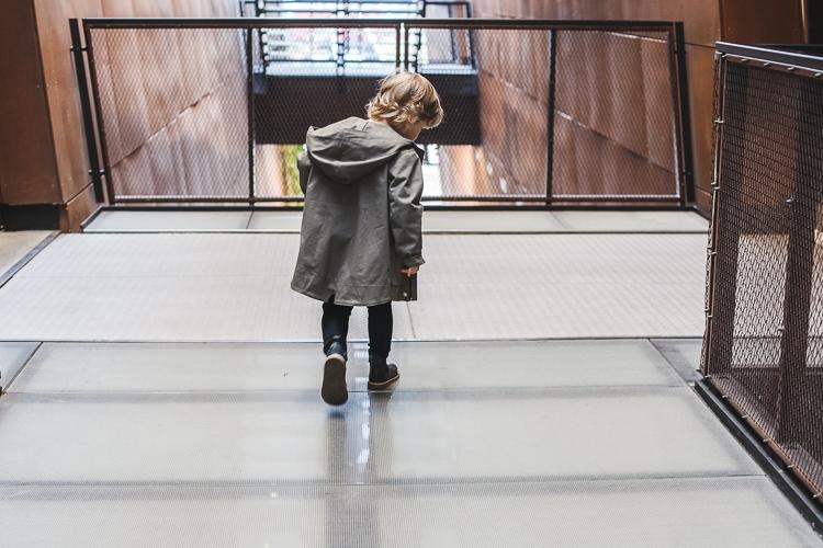 chłopec na schodach w parce zezuzulla