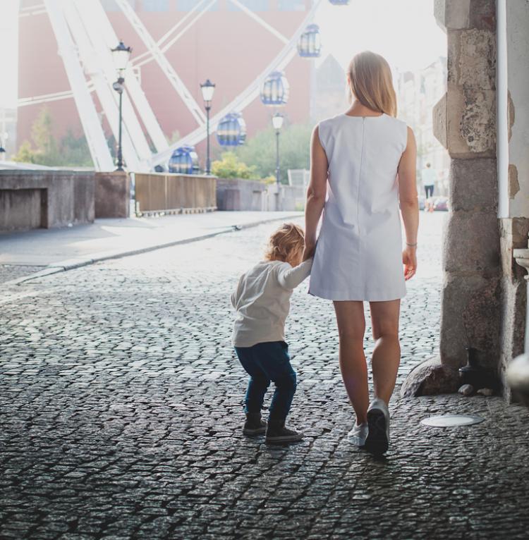 mama spaceruje z synem po ul. Długiej w Gdańsku