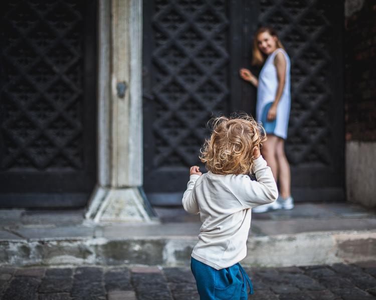 mama spaceruje z synem po ulicy Mariackiej w Gdańsku