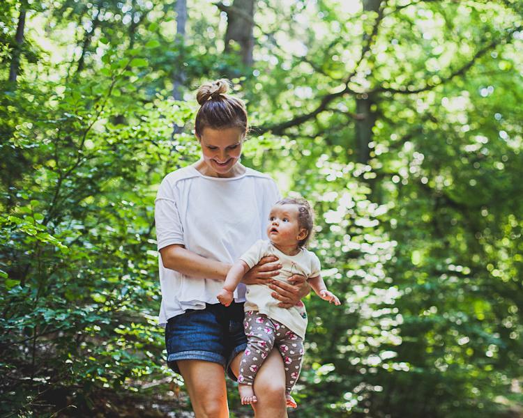 rodzina spaceruje po trójmiejskim lesie