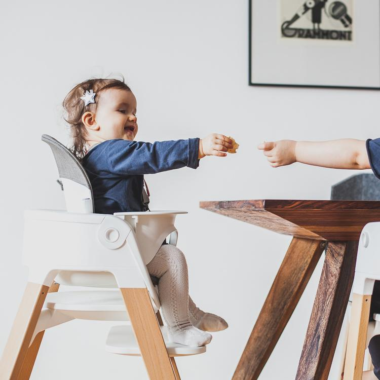 dziewczynka siedzi na krześle stokke steps