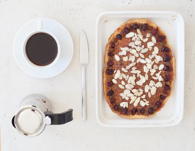 propozycja podania słodyczy z kawą na betonowym stoliku
