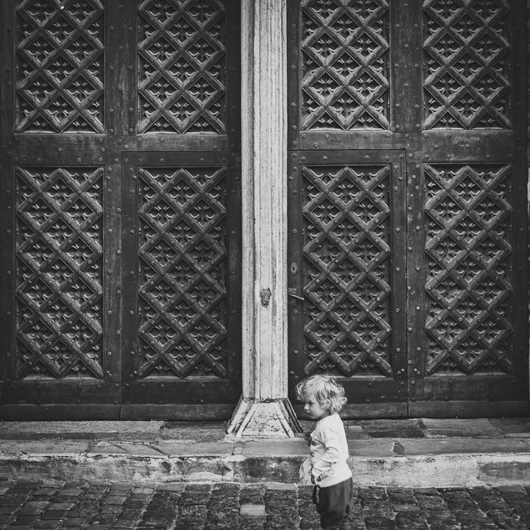 chłopiec bawi się na ulicy w Gdańsku