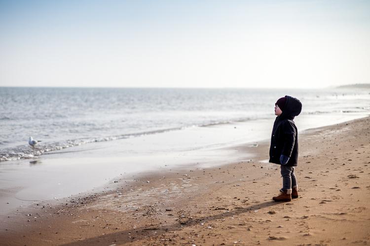 dziecko na plaży w zime