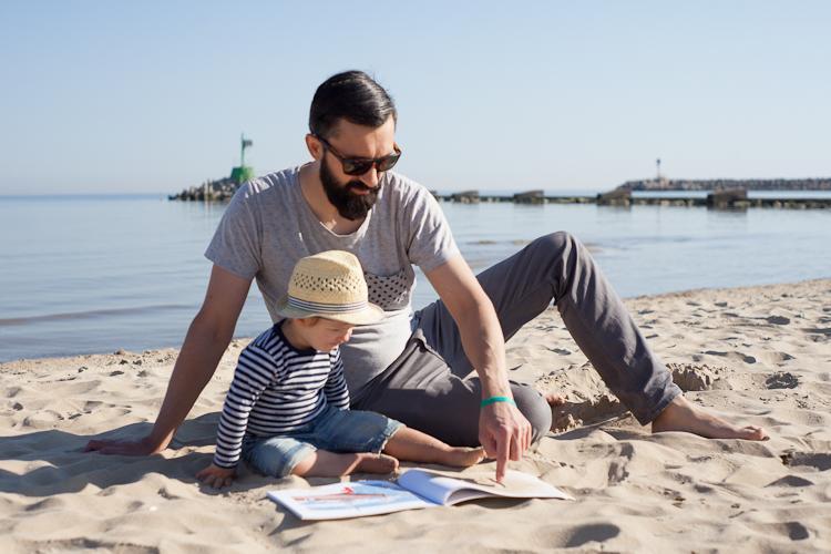 tata czyta nad morzem