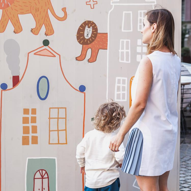 mama z synem oglądają graffiti na Starym Mieście w Gdańsku