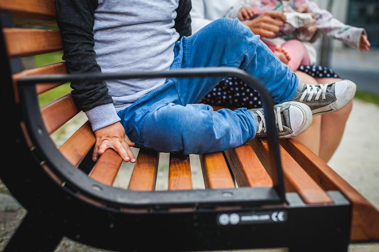 Nowe ławki i kosze na śmieci oraz ciąg pieszy na ul.Łąkowej w rewitalizowanej dzielnicy Gdańska, Dolnym Mieście