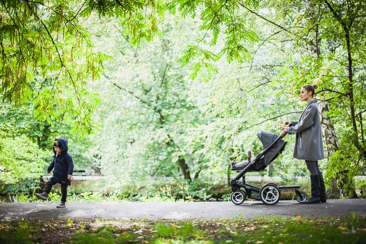 rodzinny spacer po parku z dwójką dzieci w wózku Mutsy Igo Urban Nomad