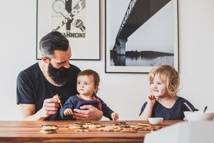 rodzina siedzi przy stole Valencia Kare Design i robi pierniczki