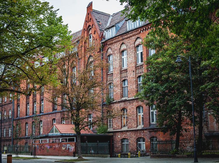 Ceglany budynek dawnego szpitala przy ul. Kieturakisa  na Dolnym Mieście w Gdańsku