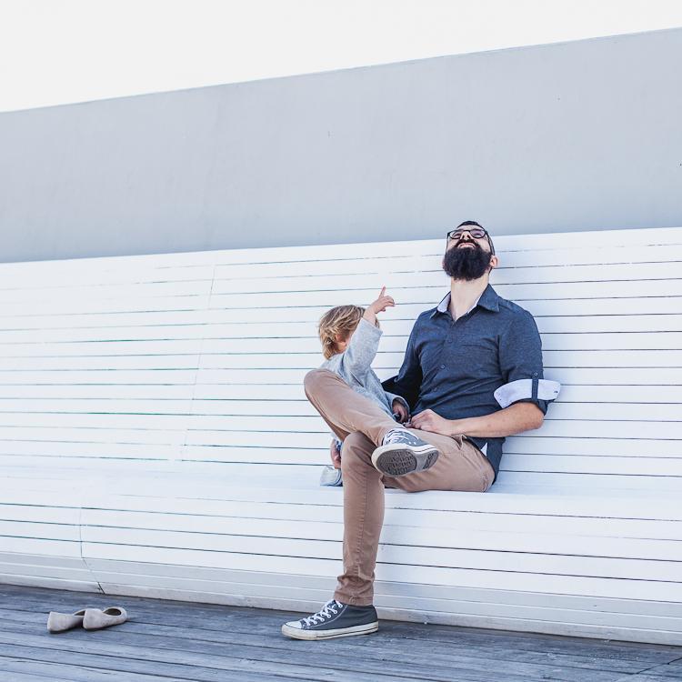 brodaty tata z synem na molo