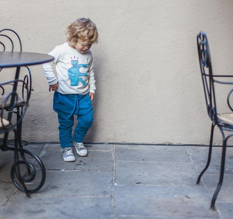 chłopiec bawi się w ogródku kawiarni na przedprożach ulicy Mariackiej w Gdańsku
