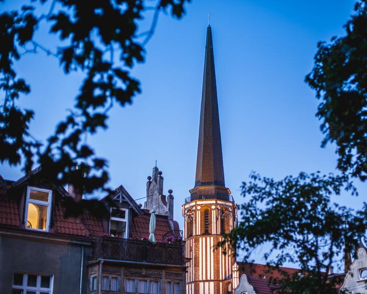 dachy z czerwonej dachówki w starej części Gdańska Oliwy