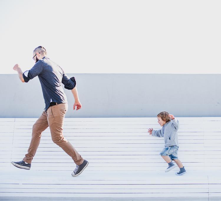 tata z synem na molo
