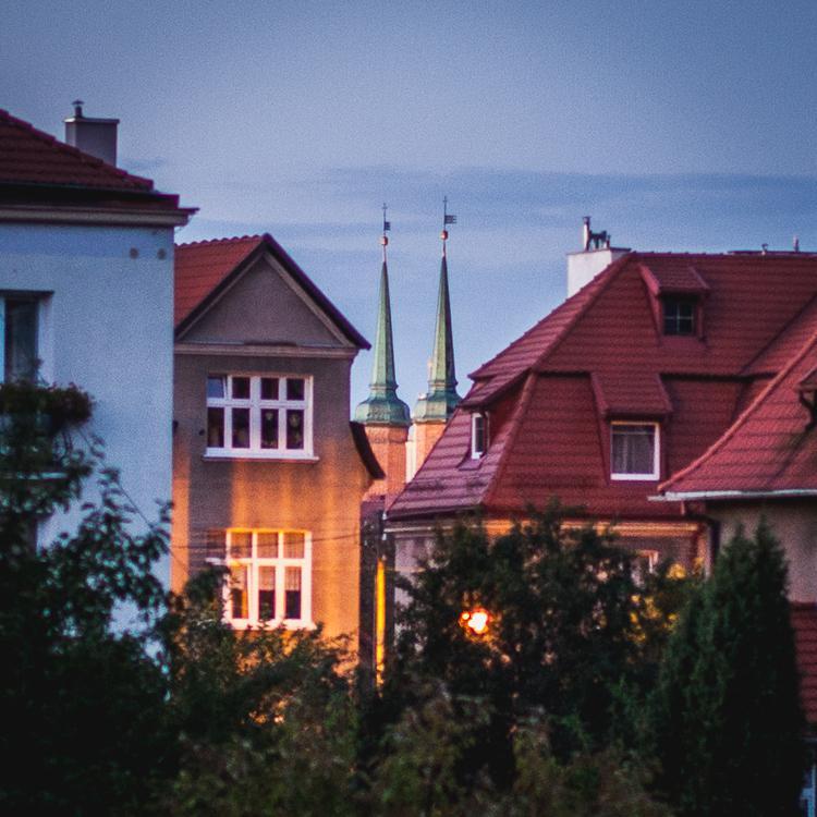 dachy z czerwonej dachówki  oraz wieże Katedry w starej części Gdańska Oliwy