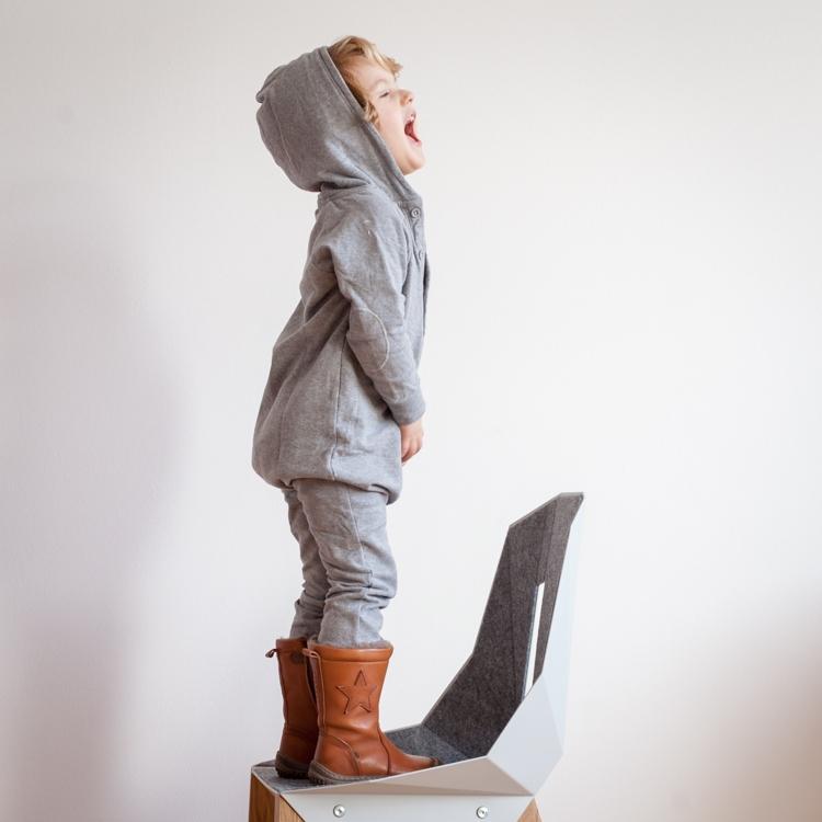 mały chłopiec w rampersie gray label