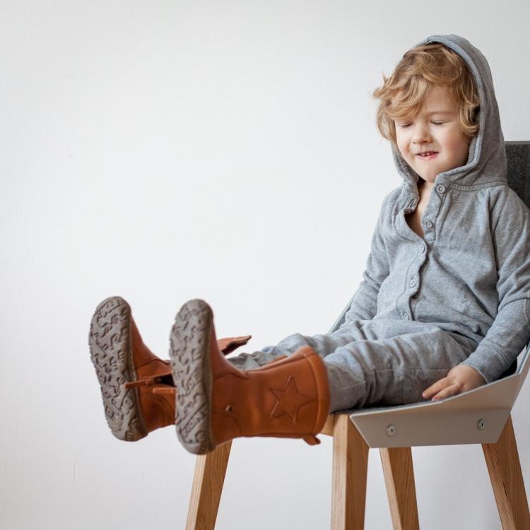 chłopiec w rampersie gray label i butach bisgaard