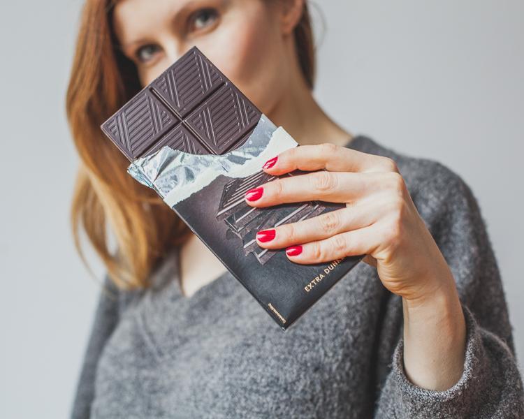 elegancka mama pokazuje jak zrobić bezkaloryczną czekoladę