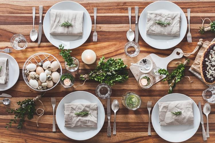 drewniany stół udekorowany na wielkanoc w stylu kinfolk