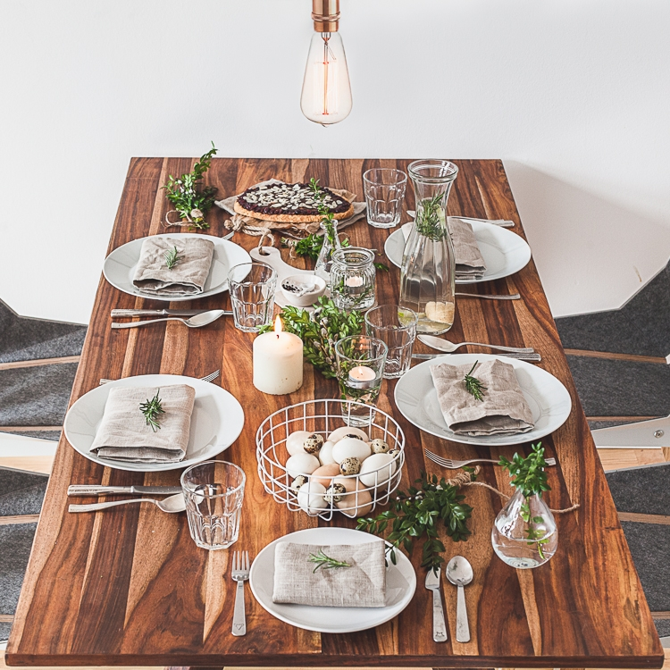 drewniany stol zastawiony na wielkanoc w stylu kinfolk