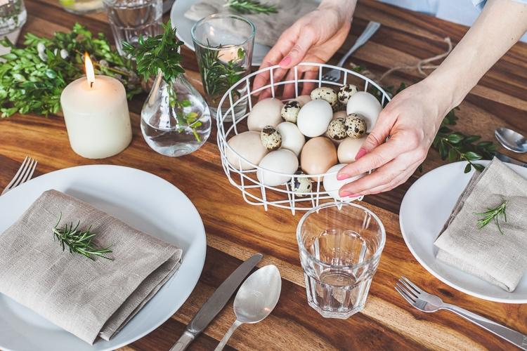 dekorowanie wielkanocnego stołu drucianą miską z jajkami