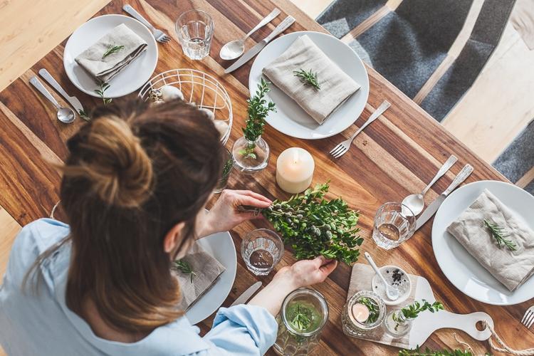 dekorowanie wielkanocnego stołu wiązankami z bukszpanu i bazi