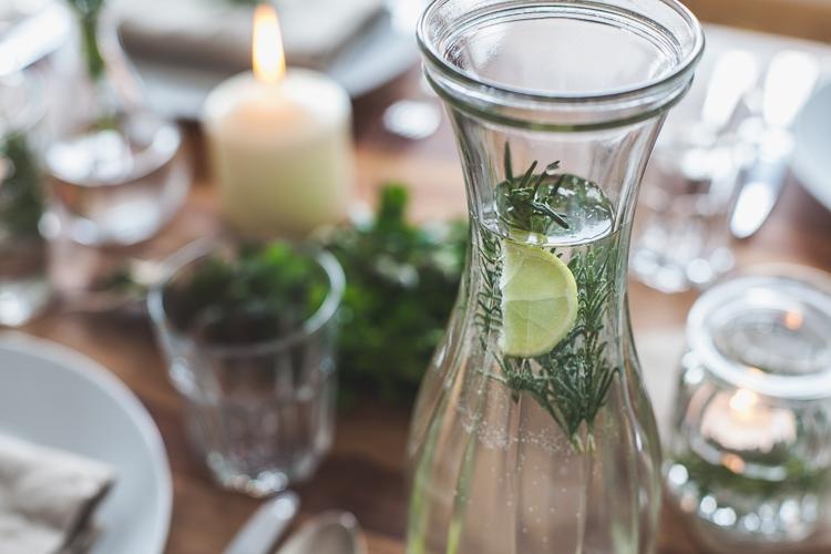 woda imbirowa z limonką jako dekoracja w stylu kinfolk na wielkanoc