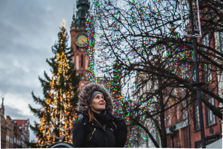 młoda mama z córką przygląda się dekoracjom świątecznym oraz wieży ratusza na Długium Targu w Gdańsku