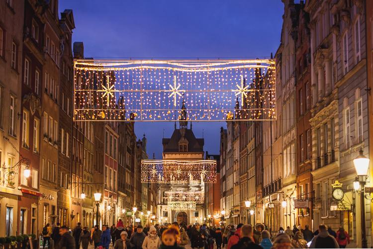 świątecznie udekorowana i rozświetlona, grudniowa ulica Długa w Gdańsku