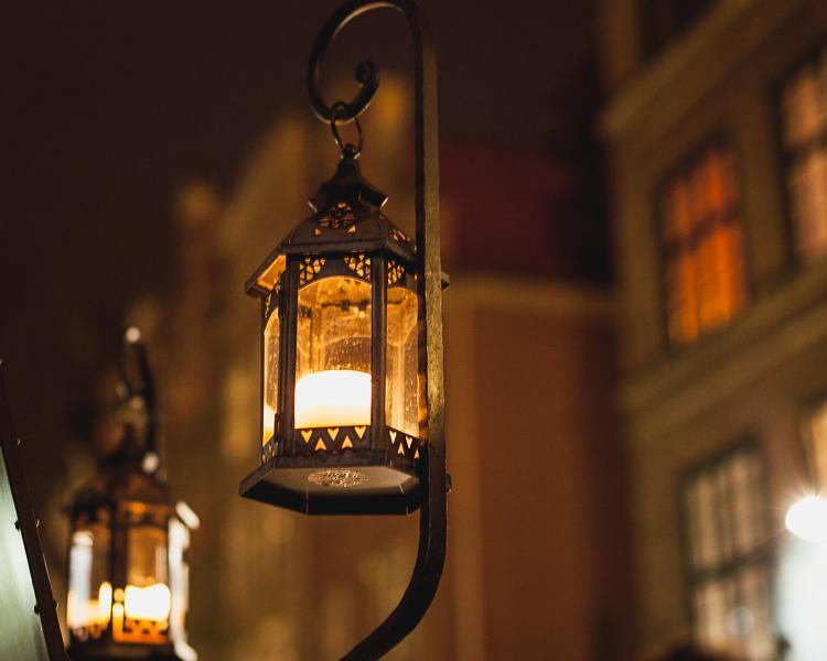 stara latarenka ze świeczką tworzy niesamowity świąteczny klimat ulicy Mariackiej w Gdańsku