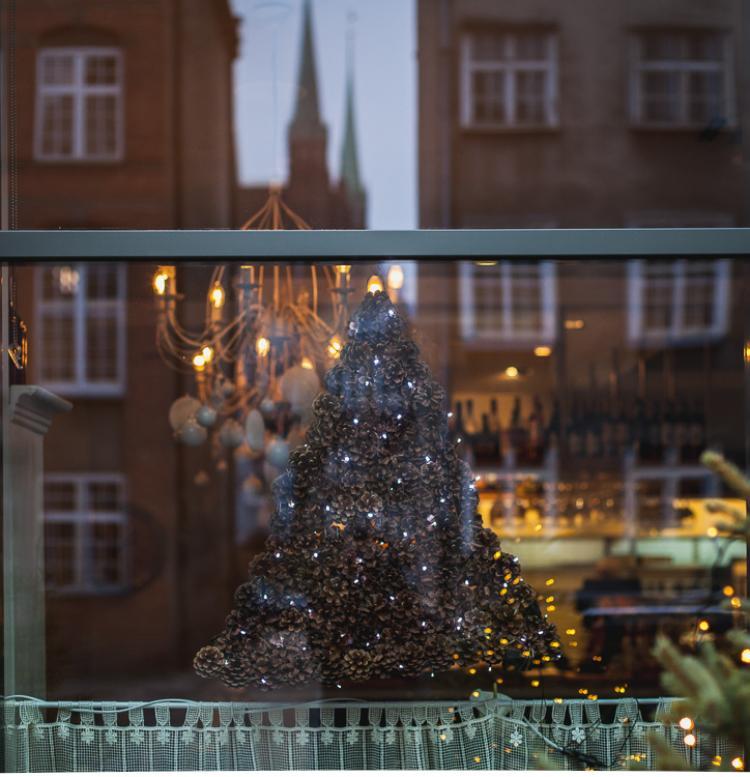świąteczna dekoracja,, choinka wykonana z szyszek w witrynie jednej z restauracji na Gdańskiej Starówce