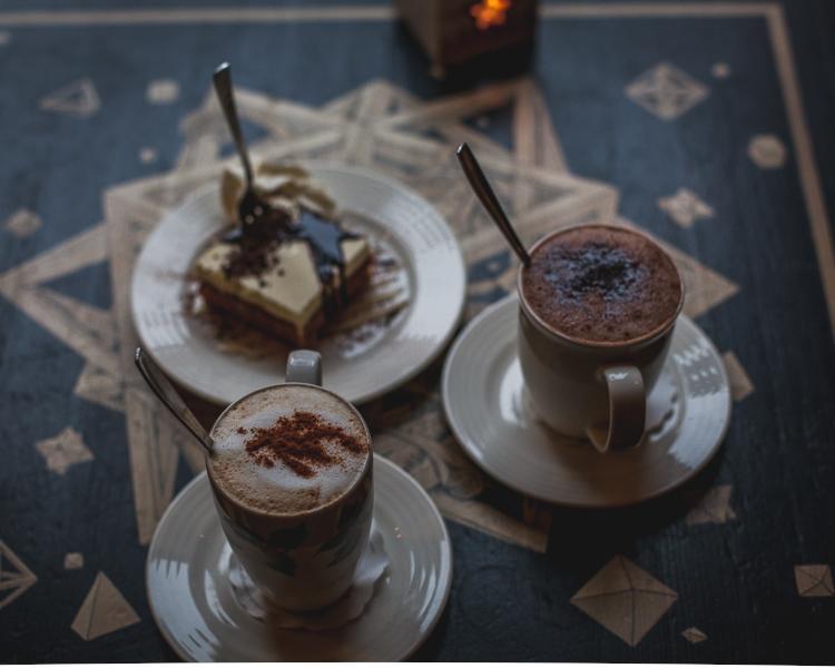 pyszna kawa z czekoladą podana z ciastem marchewkowym na Gdańskiej starówce