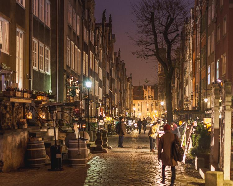 nocny widok na ulicę Mariacką w Gdańsku