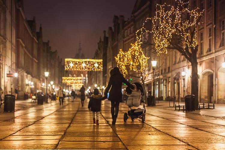 świątecznie udekorowana i rozświetlona, grudniowa ulica Długa w Gdańsku z widokiem Złotej Bramy i wieży Katowni