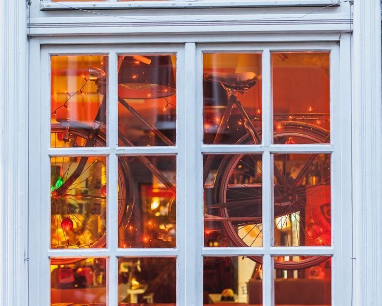 przystrojony świątecznie rower wiszący w witrynie restauracji przy ulicy Garbary w Gdańsku