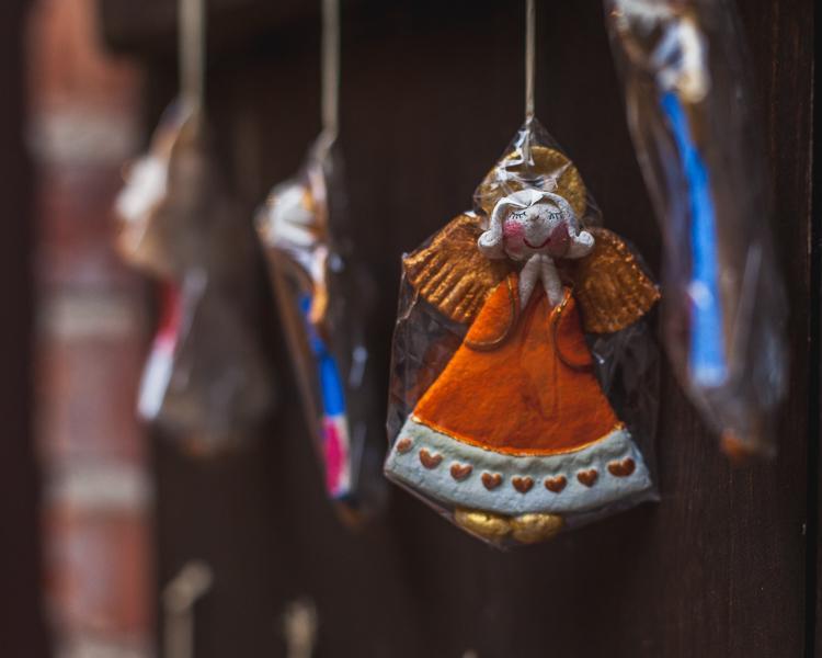 wykonane przez lokalnych rzemieślników i artystów ozdoby świąteczne, figurkui aniołków sprzedawane na ulicy Mariackiej w Gdańsku