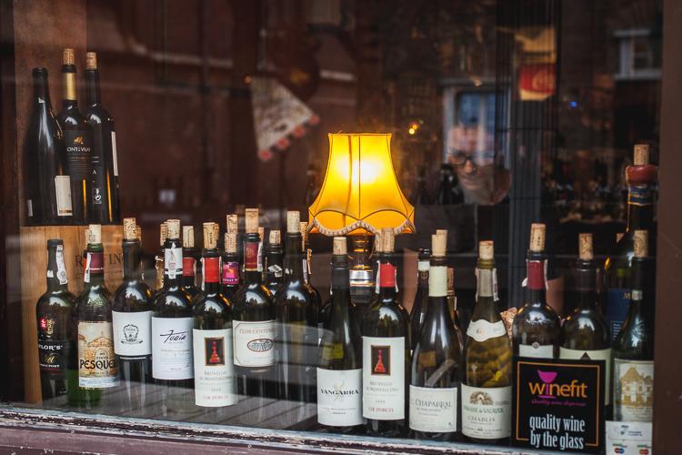 ogromna ilość win stojących w witrynie kafejki przy ulicy Mariackiej w Gdańsku