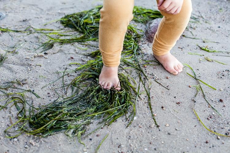 dziecko bawi się na piaszczystej plaży w Gdyni Orłowie