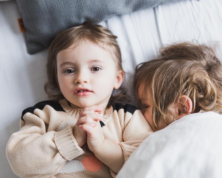 dzieci leżące na łóżku rodziców