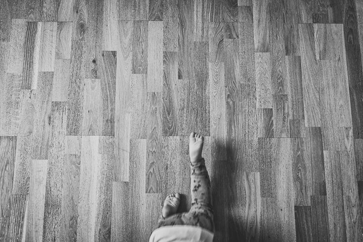 chłopiec ucieka na czoraka przed młodszą siostrą po drewnianej podłodze