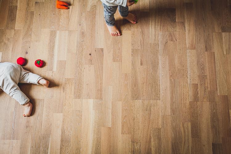 dzieci bawią się na drewnianej podłodze w domu